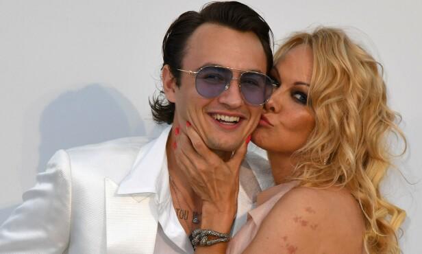 MOR OG SØNN: Pamela Anderson plantet et kyss på sønnens kinn. Foto: NTB Scanpix