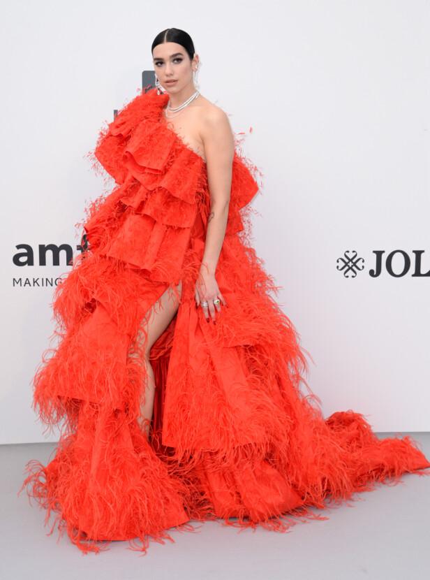 SANGSTJERNE: Dua Lipa opptrådte under gallaen. På den røde løperen var hun ikledd en overdådig, rød kjole. Foto: NTB Scanpix