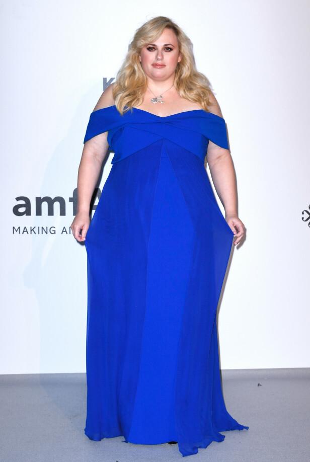 REBEL WILSON: Skuespilleren i en fotsid, blå kjole. Foto: NTB Scanpix