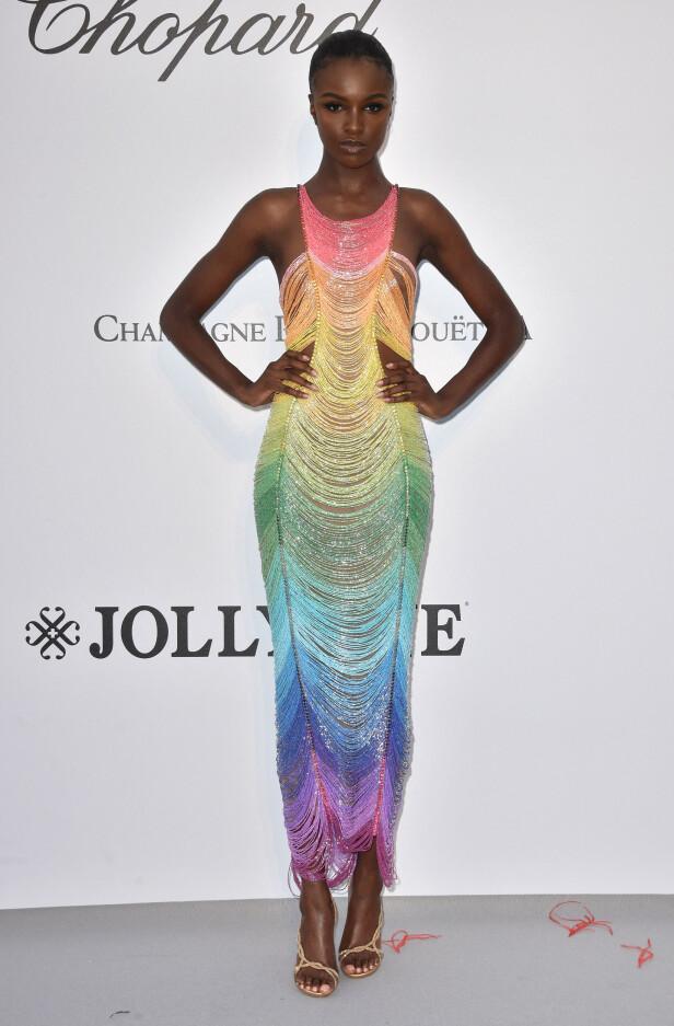 FARGERIK: Leomie Anderson hadde på seg en kjole i regnbuens farger. Foto: NTB Scanpix