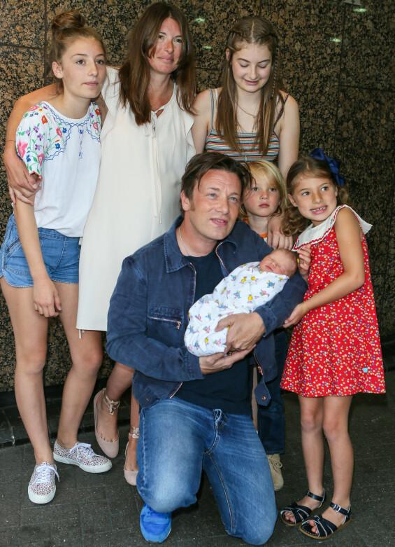 STOR FAMILIE: Jamie Oliver viser stolt fram sin fine familie og nyfødte sønn i 2016. Foto: Splash News/ NTB Scanpix