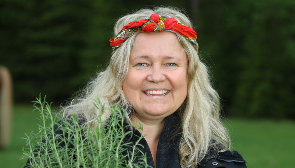 MAMMA: Artist Anita Hegerland er mer enn villig til å påta seg morsollen på gården. Foto: Morten Eik