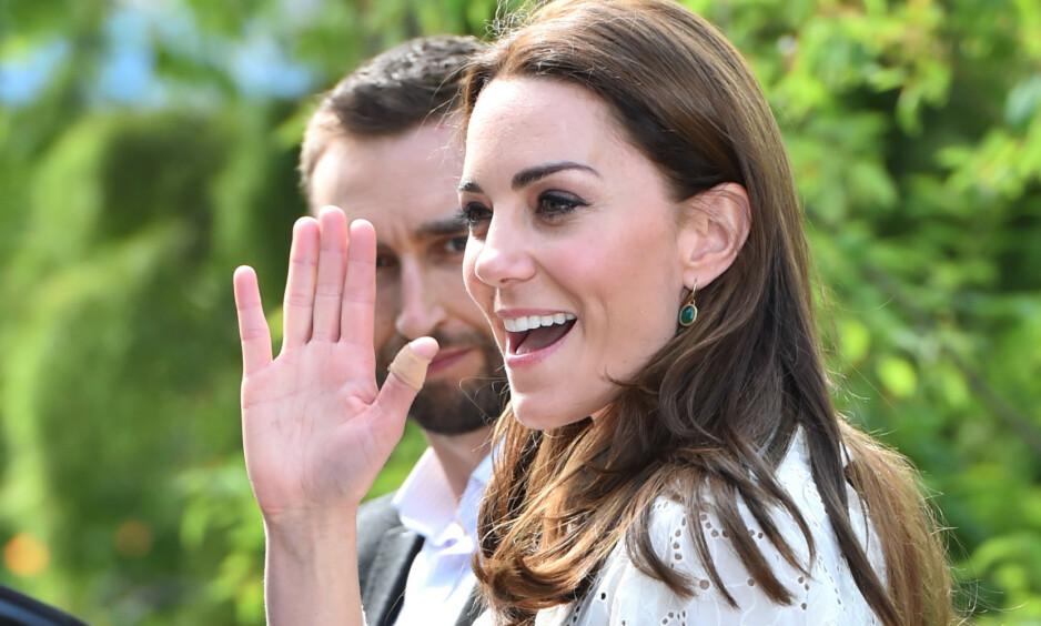 BLOMSTERSHOW: Nylig deltok hertuginne Kate på Chelsea Flower Show, der hun dukket opp med plaster på tommelen. Det har fått flere til å legge merke til at dette er noe hun ofte gjør. Foto: NTB Scanpix