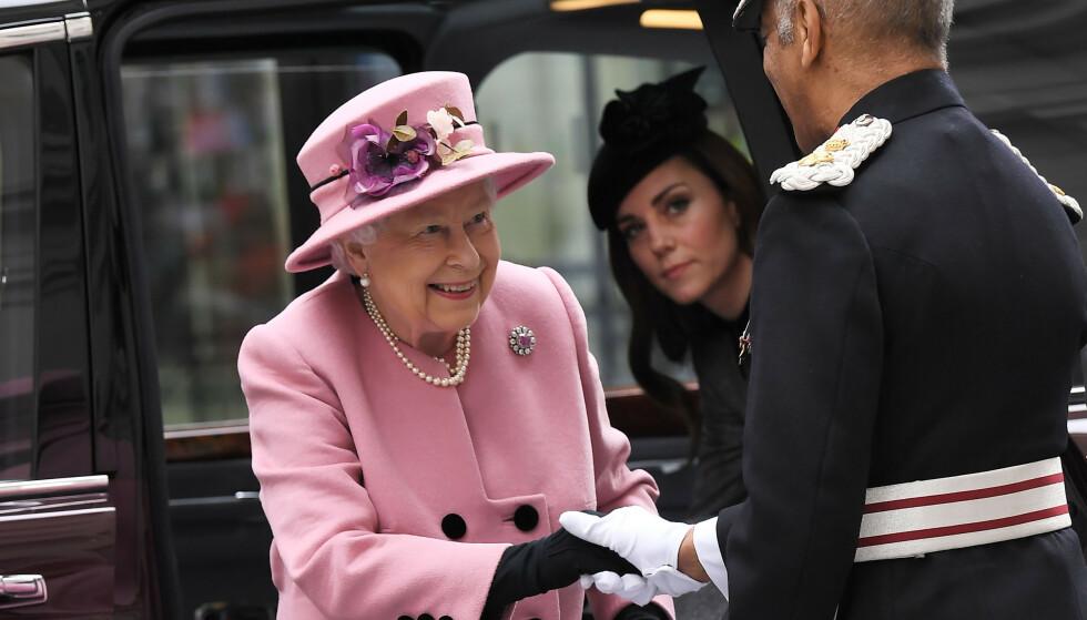HANSKER: Dronning Elizabeth bruker hansker på offentlige oppdrag. Foto: NTB Scanpix