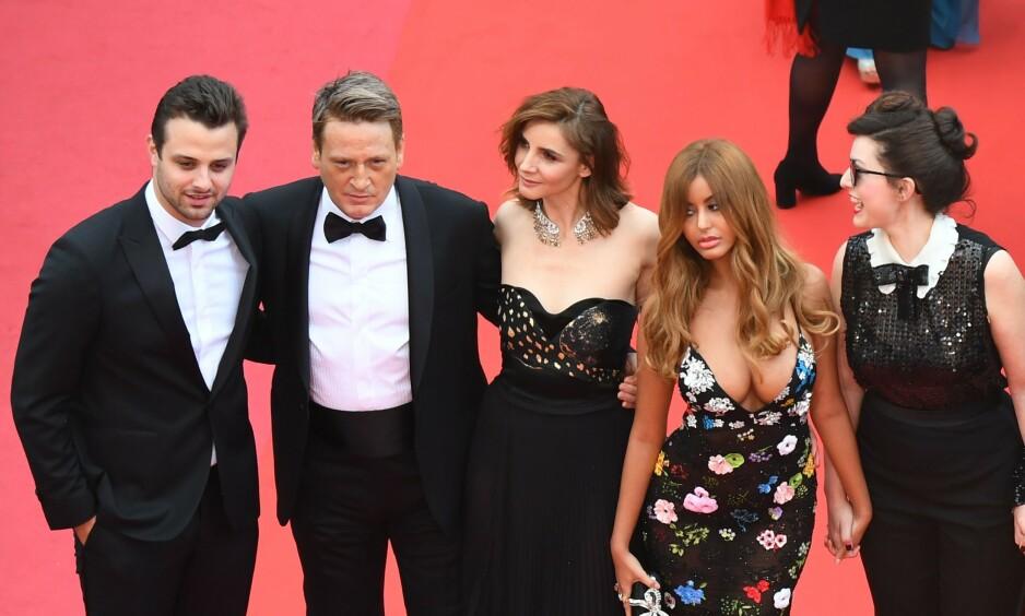 <strong>VEKKER OPPSIKT:</strong> Zahia Dehar (nummer to fra høyre) har kapret oppmerksomhet med sin tilstedeværelse under filmfestivalen i Cannes. Årsaken er hennes svært skandaløse fortid. Foto: NTB Scanpix