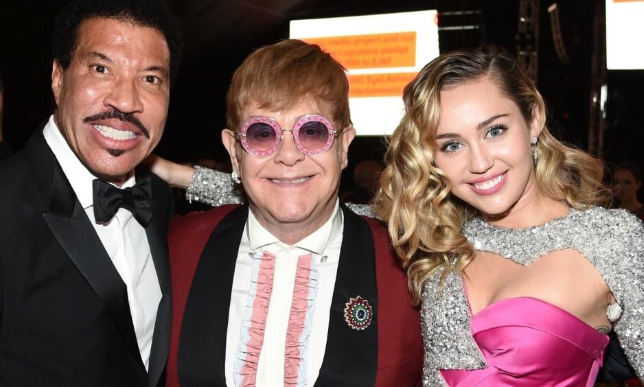 VERDENSSTJERNE: Elton John røper nå hvordan han mistet jomfrudommen - noe som også portretteres i storfilmen «Rocketman», som har premiere i Norge neste uke. Her med Lionel Richie og Miley Cyrus ved en tidligere anledning. Foto: NTB Scanpix