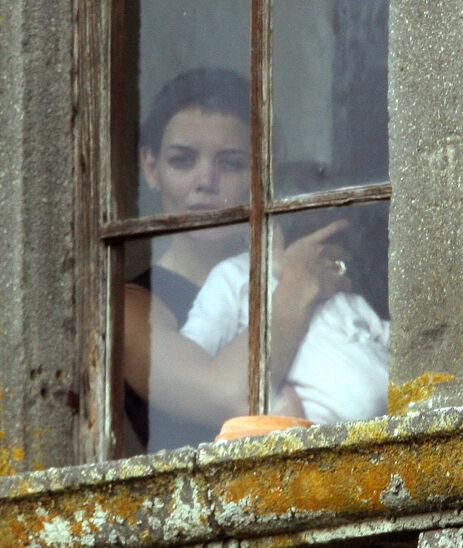 PÅ SLOTTET: Katie Holmes ser ut av vinduet på Odescalchi-slottet med datteren Suri på armen. Foto: NTB Scanpix