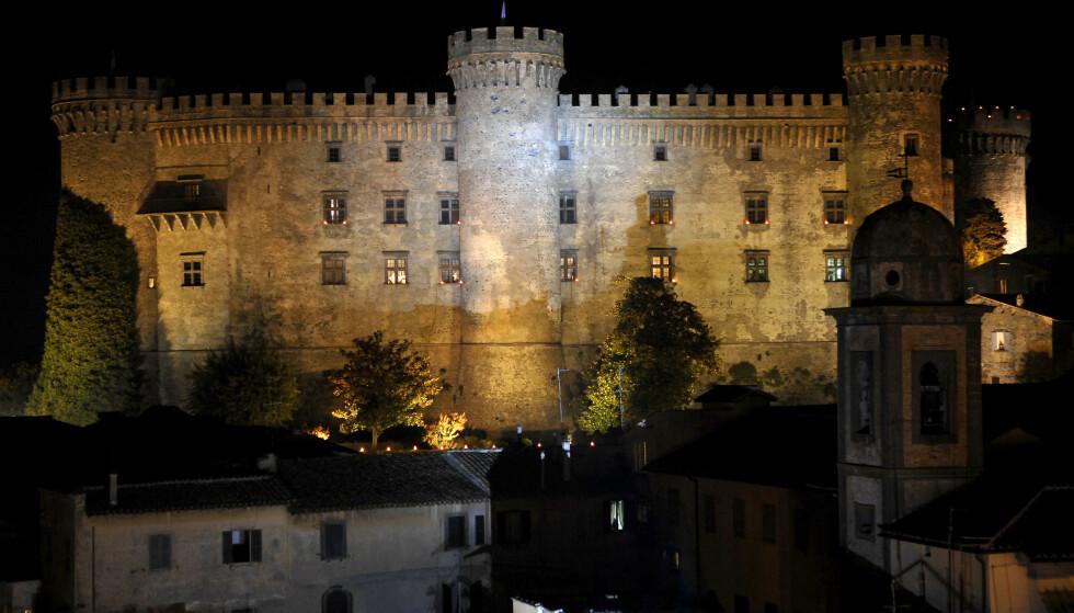 SPEKTAKULÆRT: Det var svært kjendistungt da det berømte skuepillerparet giftet seg i dette spektaklære slottet i Bracciano. Foto: NTB Scanpix