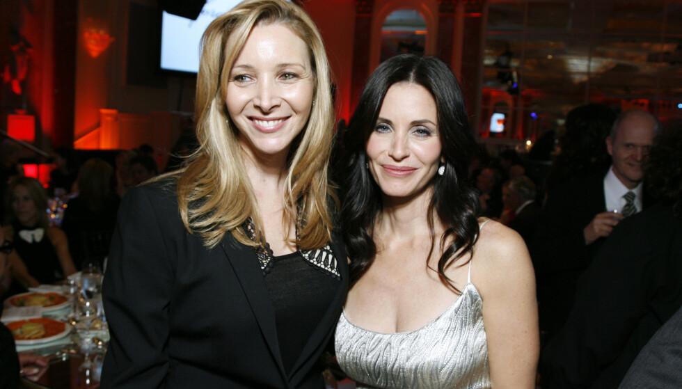 USIKKERHET: Lisa Kudrow følte seg som «et fjell» ved siden av kollegene Courteney Cox og Jennifer Aniston. Her avbildet med førstnevnte i 2009. Foto: NTB Scanpix