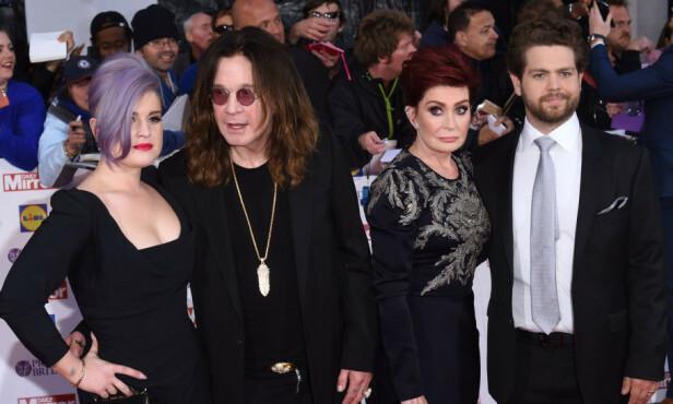 TURBULENT: Ozzy og Sharon Osbourne delte i mange år sine opp- og nedturer med TV-seerne i den kontroversielle realityserien «The Osbournes». Her sammen med de to yngste barna. Kelly og Jack, på en premiere for noen år siden. Foto: Rex Features