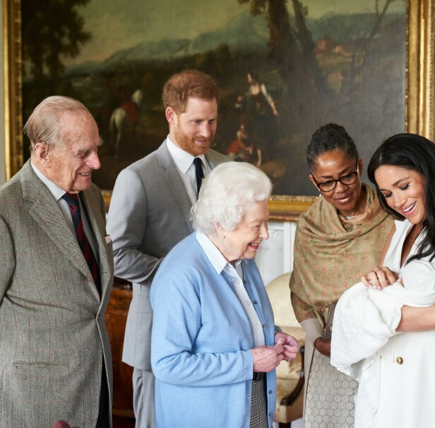 HISTORISK: Dronning Elizabeth (93) er svært glad i prins Harry, og synes Meghan er en frisk pust. Her er hun og prins Philip (97) på besøk hos sitt nyfødte åttende oldebarn - og går med på å få møtet fotografert! Meghans mamma Doria Ragland (62) er også til stede. Foto: NTB scanpix
