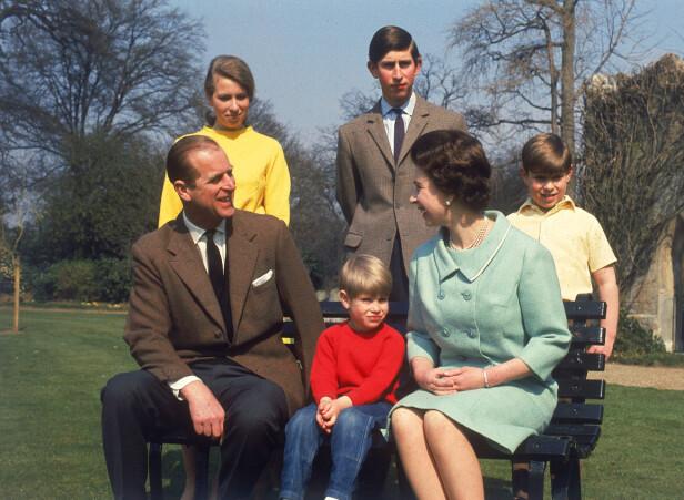 FIREBARNSMAMMA: Dronning Elizabeth og prins Philip fikk fire barn - fra venstre Anne, Edward, Charles og Andrew. Her er de fotografert på 70-tallet. Foto: NTB scanpix