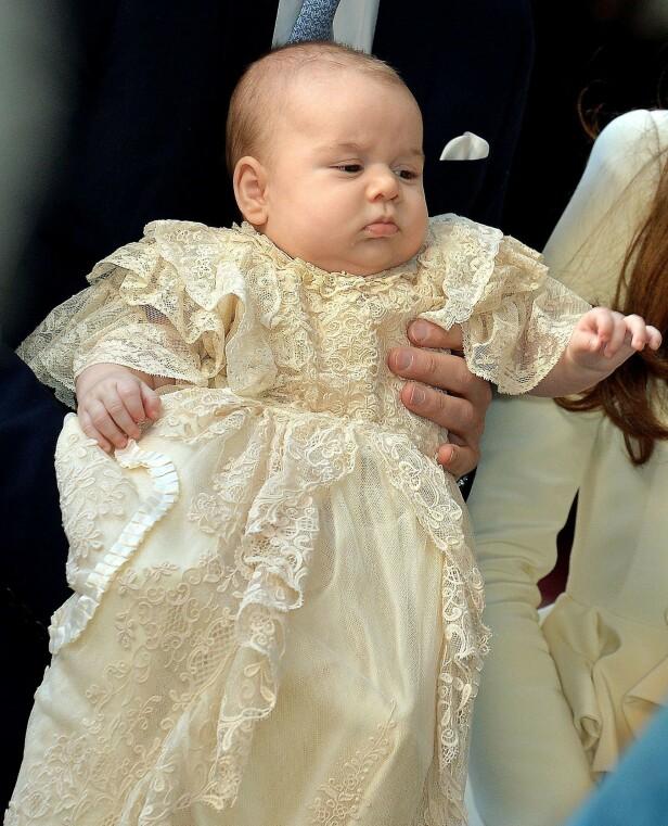2013: Her er prins George fotografert under dåpen, tre måneder gammel. Det er altså denne dåpskjolen Archie også kommer til å ha på seg under sin dåp. Foto: NTB scanpix