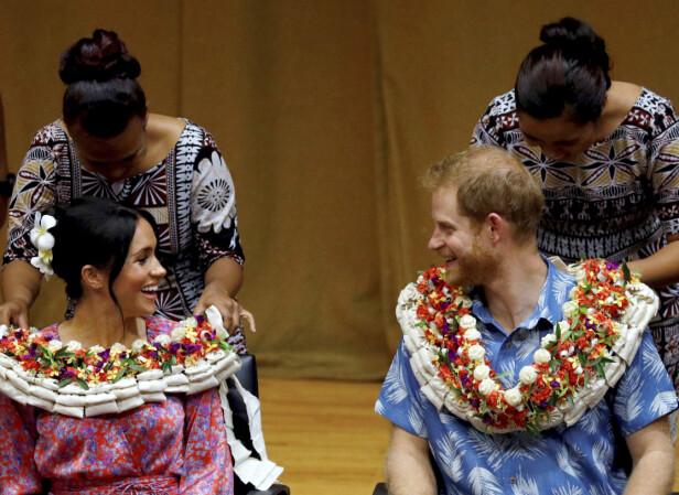 OFTE PÅ REISE: Her er hertugparet avbildet under et besøk hos University of the South Pacific i Suva, Fiji i oktober i fjor. Foto: NTB scanpix