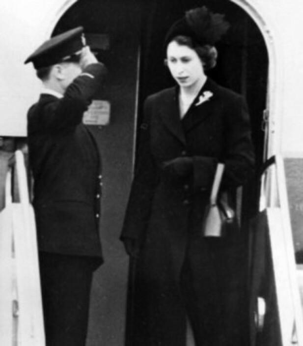 IKKE FORBEREDT: Dronning Elizabeth ankommer Storbritannia etter farens død, 7. februar 1952. Foto: AP / NTB Scanpix