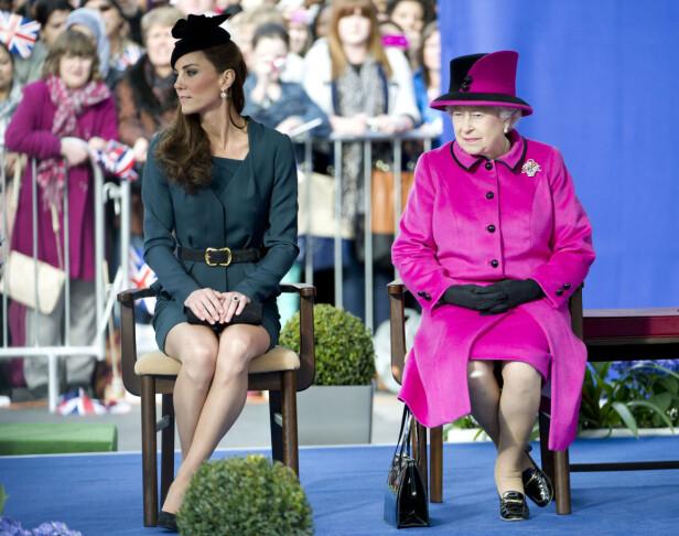 «DUCHESS SLANT»: Hertuginne Kate var nødt til å lære seg å mestre en god holdning. Her er hun avbildet sammen med dronning Elizabeth i 2012. Foto: NTB scanpix