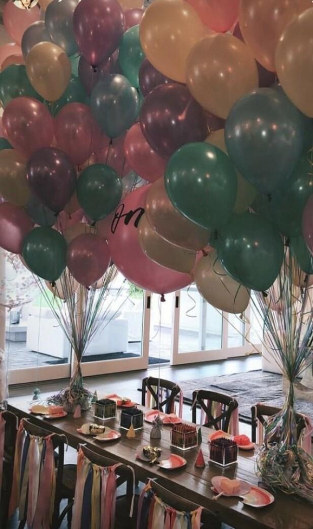 SØTT: Det var pyntet med masse farger da Stormi ble ett år 1. februar. Foto: Kylie Jenner / Instagram