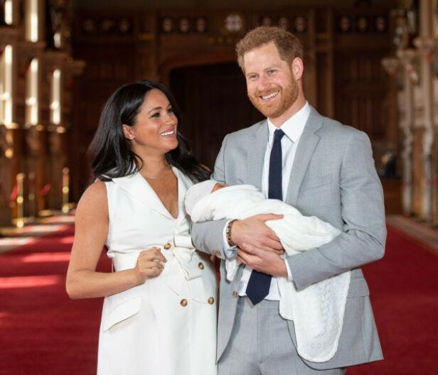 LYKKELIGE: Hertugparet av Sussex strålte av glede og begeistring da de viste frem sin lille sønn for første gang i starten av mai. Foto: NTB Scanpix