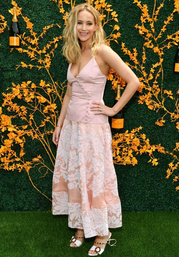 <strong>STRÅLTE:</strong> Jennifer Lawrence gjorde ingenting for å skjule forlovelsesringen for fotografene i helgen. Foto: NTB Scanpix