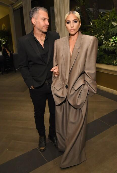 <strong>KORT FORLOVELSE:</strong> Bare tre måneder etter at forlovelsen mellom Gaga og Carino ble kjent, kom det frem at paret hadde gått hver til sitt. Her avbildet i oktober i fjor. Foto: NTB Scanpix