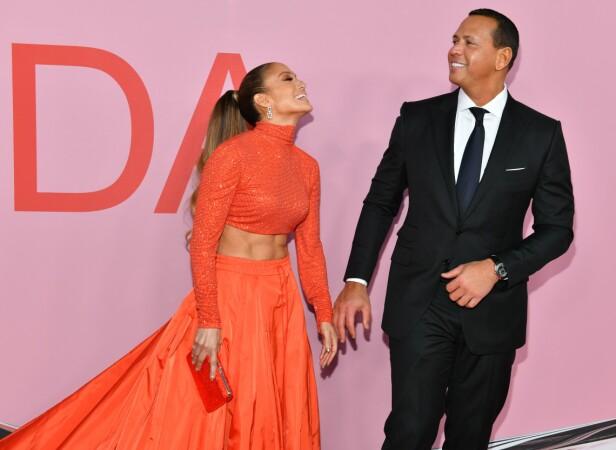 FORELSKET: Jennifer Lopez og Alex Rodriguez sendte hverandre kjærlige blikk på den røde løperen. Foto: NTB Scanpix