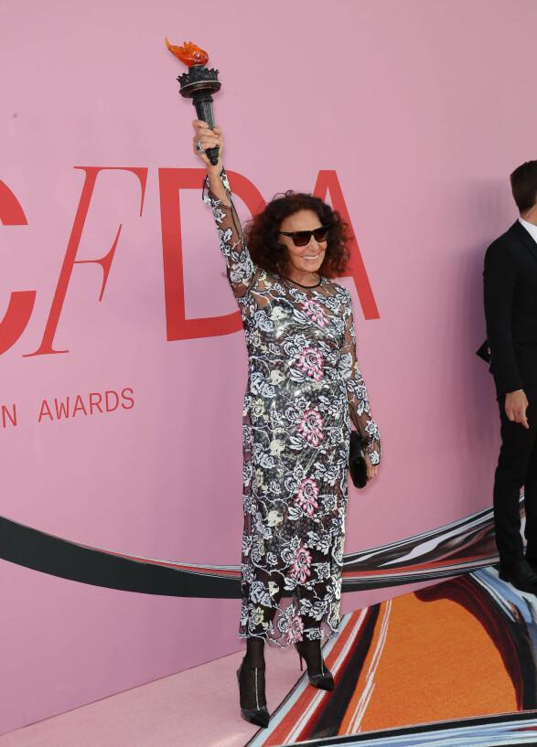 NEW YORK: Designer Diane Von Furstenberg poserte som frihetsgudinnen. Foto: NTB Scanpix