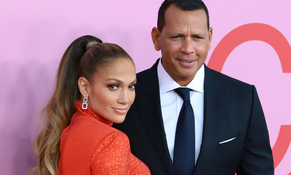 MOTTOK PRIS: Jennifer Lopez ble hedret med pris under CFDA-utdelingen natt til tirsdag. Med seg på den røde løperen hadde hun forloveden Alex Rodriguez. Foto: NTB Scanpix
