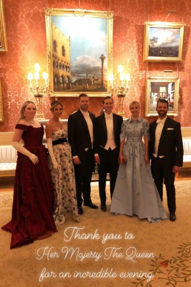 PÅ BESØK: Tiffany Trump, Lara Trump, Eric Trump, Jared Kushner, Ivanka Trump og Donald Trump jr. var alle til stede på Buckingham Palace mandag kveld. Foto: Tiffany Trump / Instagram