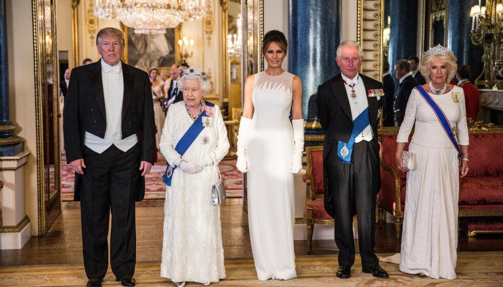 STASELIG: Melania Trump gikk for en spesiallaget kjole fra Dior for anledningen, som hun hadde stylet med hvite hansker. Foto: Reuters/ NTB scanpix