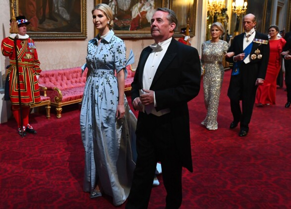 KRITISERT: Ivanka Trump får kritikk for sin blå blomsterkjole med krage. Enkelte mener at den er for lite formell for en slik anledning. Her går hun ved siden av Liam Fox, som er statssekretær. Foto: AFP/ NTB scanpix