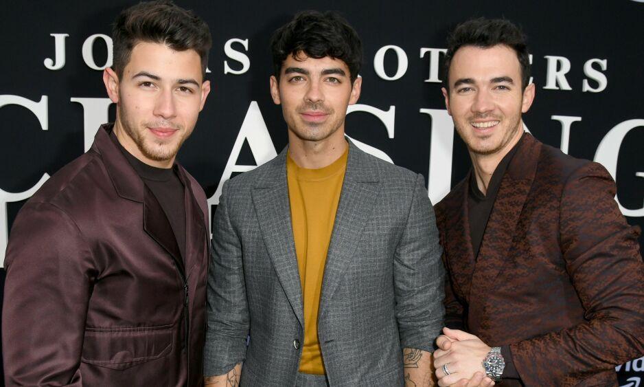 POPULÆR TRIO: F.v: Nick, Joe og Kevin Jonas har både gjort karriere sammen i bandet The Jonas Brothers og med egne prosjekter. Her er de avbildet sammen under Los Angeles-premieren av dokumentaren Chasing Happiness mandag. Foto: NTB Scanpix