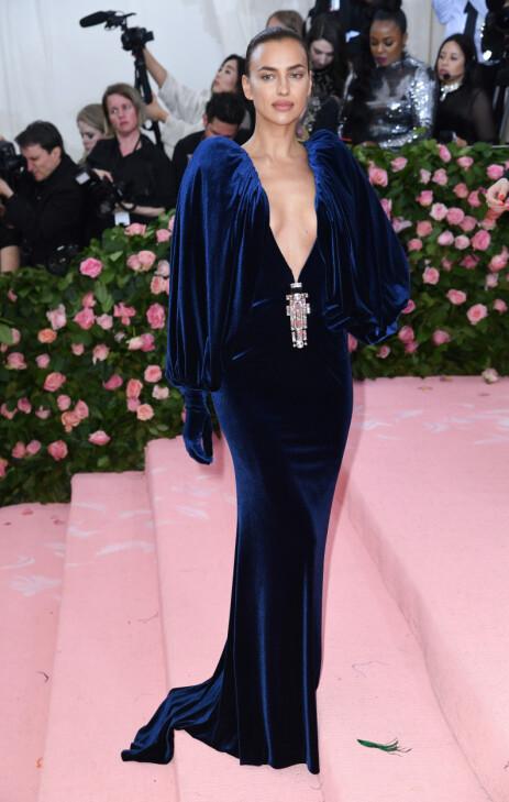 ALENE: I mai kom Irina Shayk alene på Met-gallaen. Året før hadde hun med seg kjæresten Bradley Cooper. Foto: NTB Scanpix