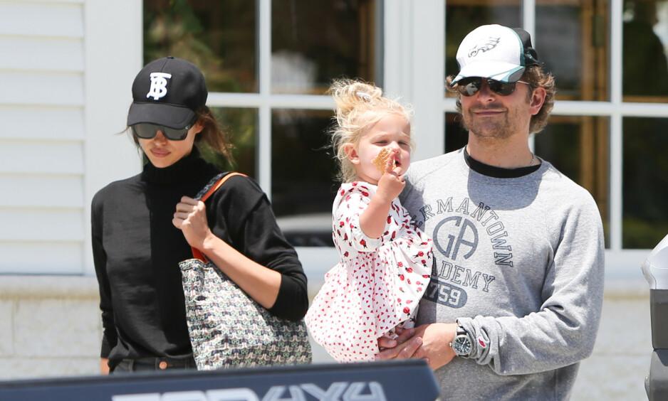 TRØBBEL I FORHOLDET: Kilder hevder at ting går dårlig på hjemmebane for Bradley Cooper og Irina Shayk. Her med datteren Lea i mai. Foto: NTB Scanpix