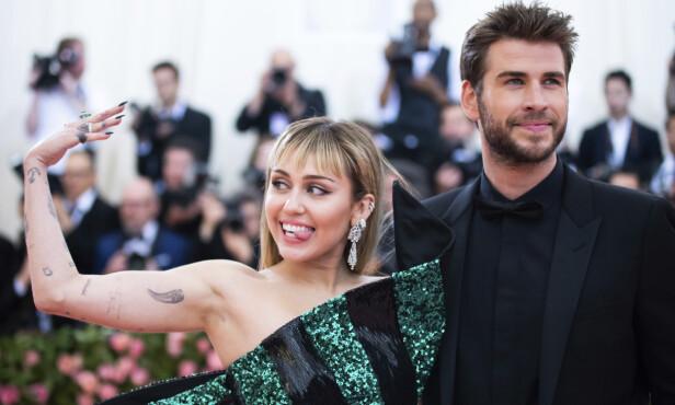 <strong>EKTEPAR:</strong> Miley Cyrus og Liam Hemsworth giftet seg lille julaften. Her avbildet under Met-gallaen i mai i år. Foto: NTB Scanpix