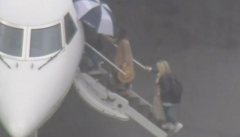 DRAMA: De 12 kvinnene måtte nødlande i februar, etter at en feil med flyet gjorde det utrygt å lande i Mexico. Her er de fotografert på vei inn i sitt nye fly. Foto: NTB scanpix
