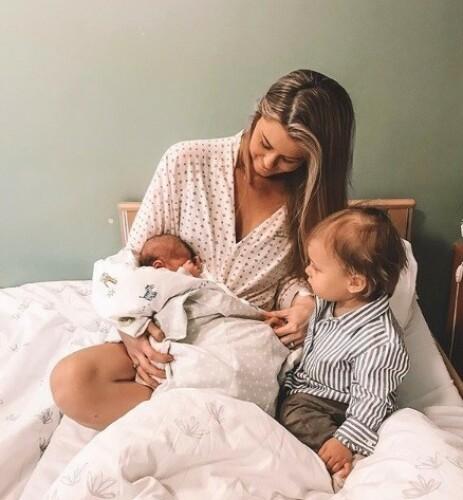MOR OG BARN: Matheo som kom til verden natt til 23. mai, er bloggerens andre barn. Storebror Sander ble født for et knapt år siden. Foto: Annette Haga / Instagram
