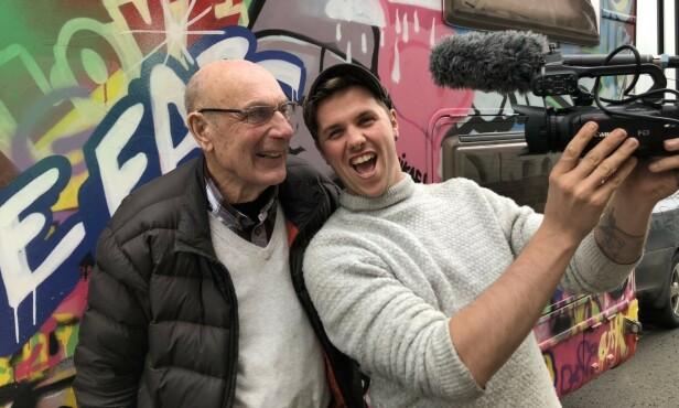 PÅ TURNÉ: Samuel Massie har den siste tiden reist rundt med sin bestefar på foredragsturné i Norge. Til høsten blir den eventyrlystne duoen medforskere ved Universitetet i Bergen. Foto: Marcus Brenden/Se og Hør