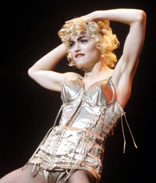 <strong>MADONNA:</strong> Artisten regnes som et av historiens største popikoner. Her på scenen i London i juli 1990, under turneen «Blonde Ambition». Foto: Eugene Adebari/REX/ NTB scanpix