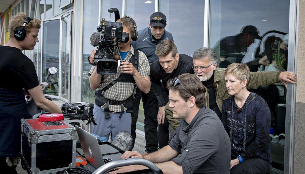 KONSULENTER: Både Knut Lindh og Eva B. Ragde er med som konsulenter i serien. Her ser de gjennom opptakene fra rekonstruksjonen. Foto: Bjørn Langsem