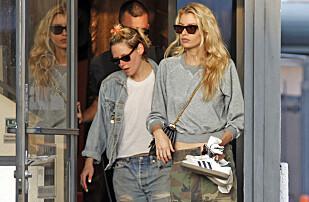 TIRSDAG: Her kommer Kristen og Stella ut fra en neglsalong i Los Angeles denne uken. Foto: NTB Scanpix