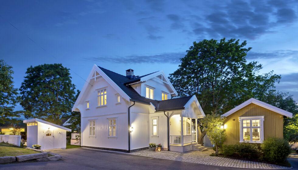 HVITMALT LYKKE: På Oppsal ligger denne flotte sveitservillaen - med et koselig gulmalt anneks og en smart sykkelbod i tillegg. Foto: Andreas Spinnangr Wiig / Inviso/ DNB Eiendom