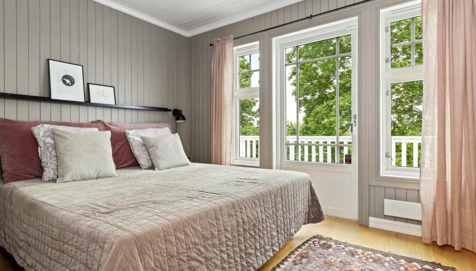 SOV GODT: Huset har tre soverom – alle med store trefags vinduer som gir mye lys. Hovedsoverommeter malt i en behagelig lysgrå farge, og har utgang til en egen liten veranda. Foto: Foto: Andreas Spinnangr Wiig / Inviso/ DNB Eiendom