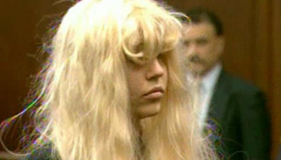 <strong>I RETTEN:</strong> 33-åringen har møtt i retten flere ganger, ofte ikledd parykk og store solbriller. Her er hun i mai 2013, tiltalt for besittelse av marihuana. Foto: REUTERS/Reuters-TV, NTB Scanpix
