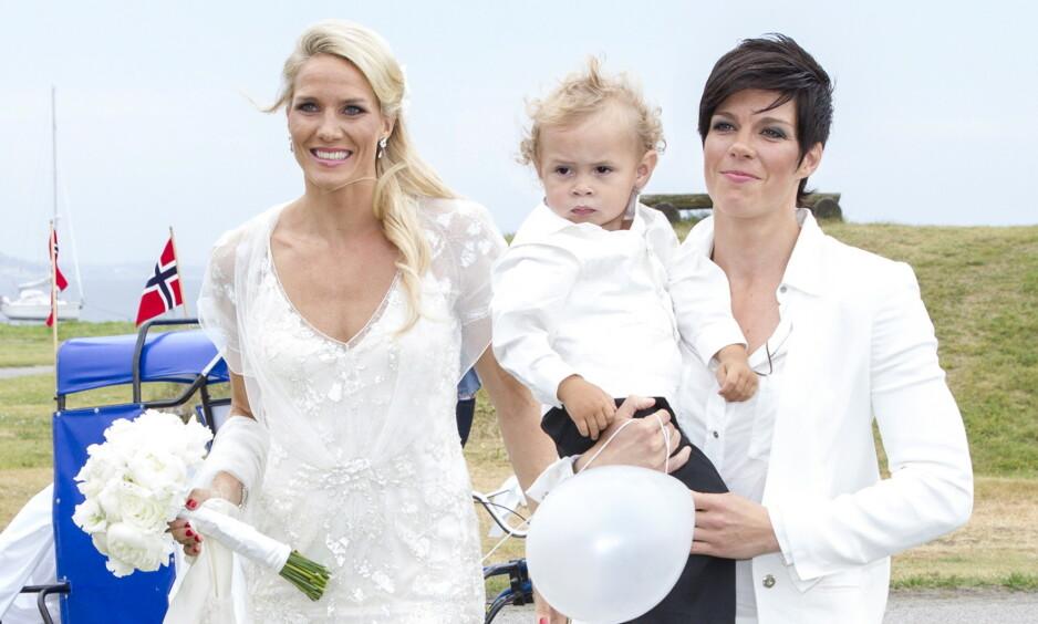 LYKKELIGE: Gro og Anja Hammerseng-Edin, her med vesle Mio, forteller åpent om hvordan de trives i tilværelsen som småbarnsforeldre. Dette bildet ble tatt i bryllupet deres i 2013. Foto: Andreas Fadum / Se og Hør