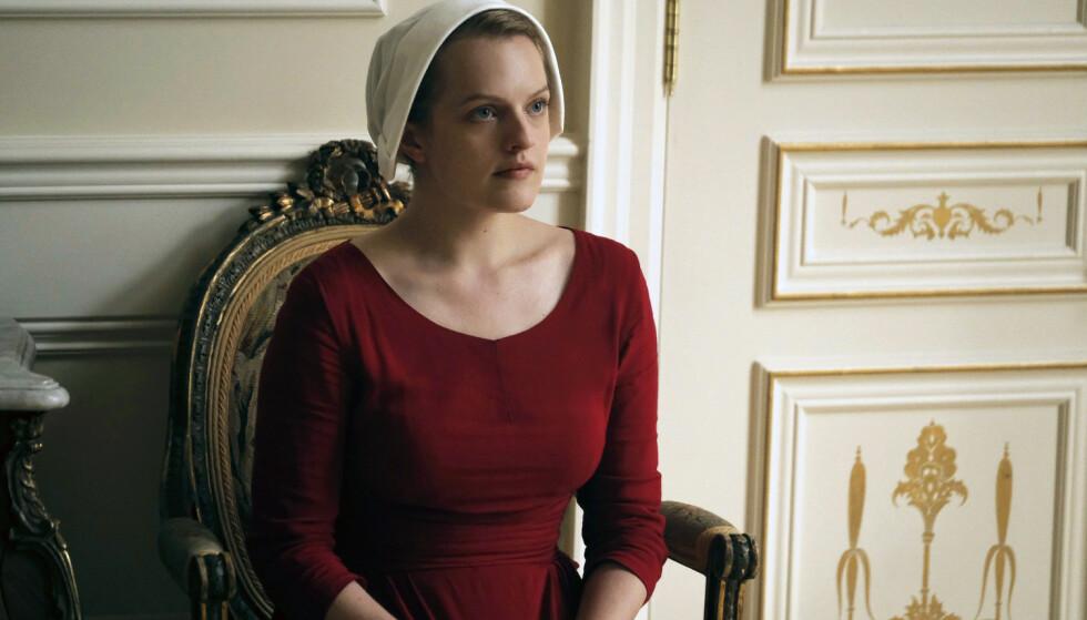 STJERNE: Elisabeth Moss spiller hovedrollen som tjenerinnen Offred i «The Handmaid's Tale». Foto: George Kraychyk/Hulu via AP/ NTB scanpix