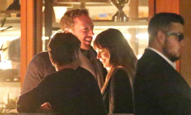 AVSLØRT: De første bildene av Chris Martin og Dakota Johnson dukket opp i januar i fjor. Nå skal duoen ha gått fra hverandre. Foto: NTB Scanpix