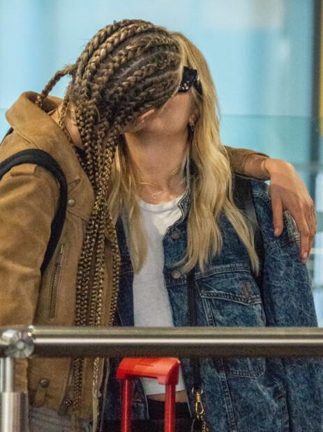 KYSS: Romanseryktene begynte for alvor å svirre etter at Cara og Ashley ble observert kyssende på flyplassen i London i august i fjor. Foto: NTB Scanpix