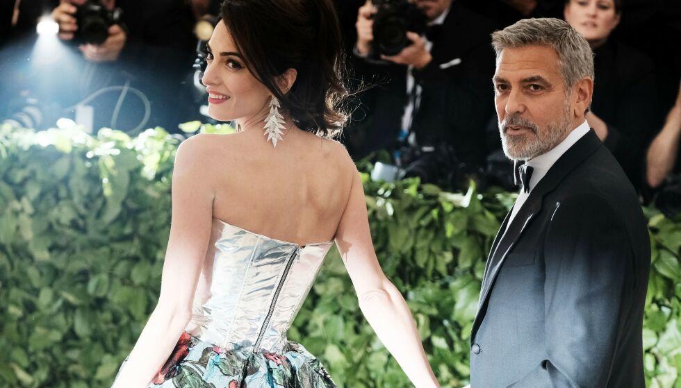 LYNVINGEN: Rollen i «Batman & Robin» fra 1997 kunne blitt slutten på skuespillerdrømmen for George Clooney. Her soler han seg derimot i glansen på Met-gallaen i 2018 sammen med kona Amal Clooney. Foto: Foto: Nina Westervelt/ BEI/ REX/ NTB