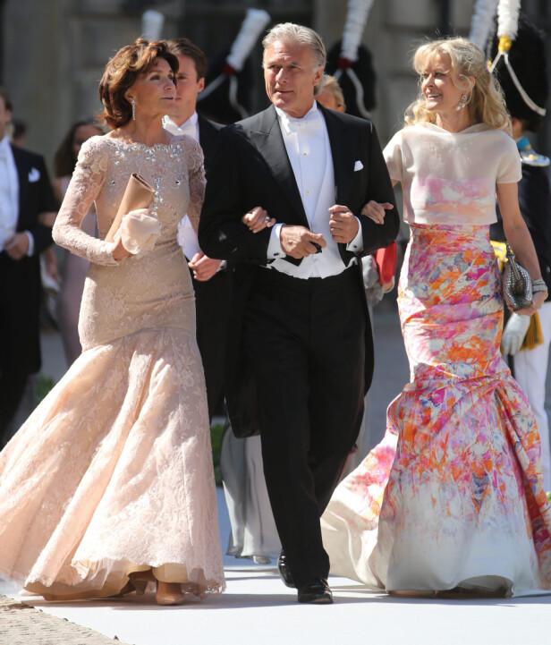 KONGEVENN: Anki Wallenberg (t.h) var en nær venn av kongeparet og deres barn. Her er hun i prinsesse Madeleines bryllup i 2013, sammen med vennene Carola og Fredrik Gottlieb. Foto: NTB scanpix