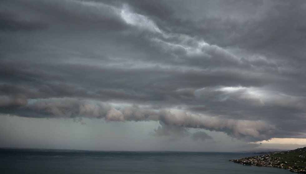 STORM: Dette bildet ble tatt av Genèvesjøen samme dag som den forferdelige ulykken inntraff. Stormen skal ha overrasket svensken og vennen hennes, og sørget for at båten deres kantret. Foto: AFP/ NTB scanpix